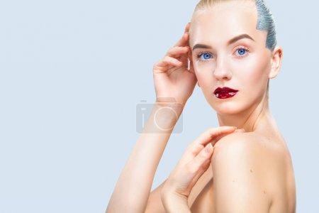 漂亮的模特,银的发型.蓝色背景上的孤立.化妆品广告.复制空间