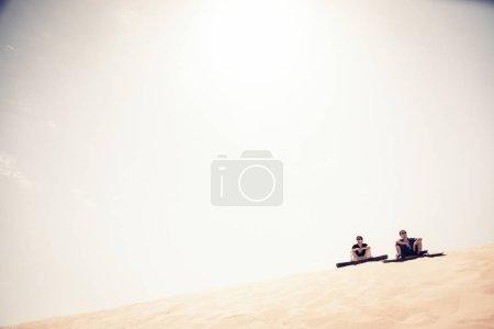 在沙漠中滑雪的游客砂_高清图片_邑石网
