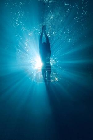 泳池专业游泳运动员训练的水下图片