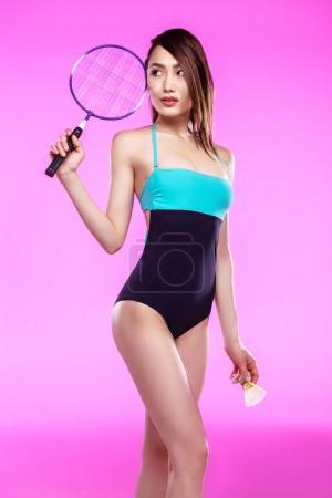 在与羽毛球拍泳装女孩