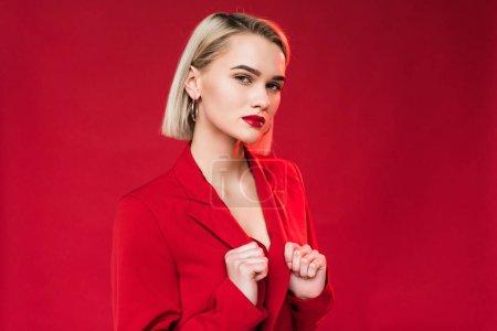 穿着红夹克的优雅女孩