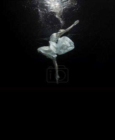 一个年轻的芭蕾舞演员水下跳舞