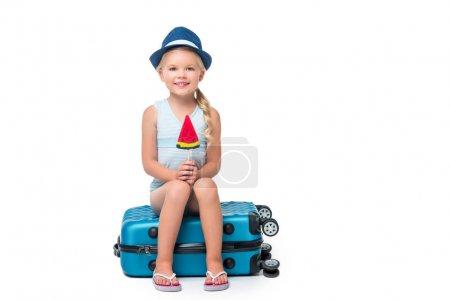 快乐的孩子坐在行李箱上