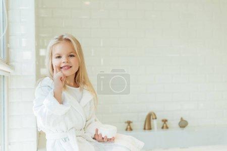 孩子穿着浴袍应用面霜