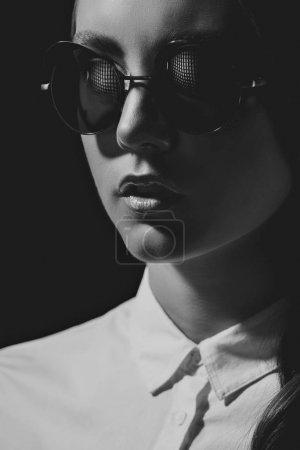 太阳镜和衬衫的女人
