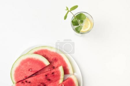 西瓜和玻璃的柠檬水