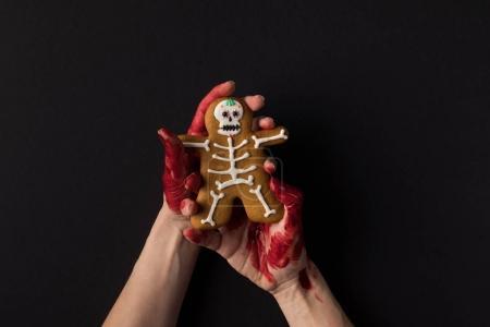 手里捧着万圣节饼干