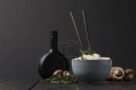 一碗蘑菇和一瓶大豆 sauceon 黑色桌面
