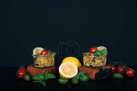蔬菜、蘑菇和藜麦的素食沙拉.