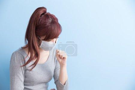 女人病了,她戴面具