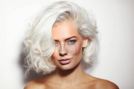 金发女人化妆很干净