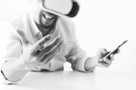 商人穿着虚拟现实护目镜,现代办公机智