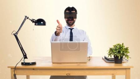 在他的办公室使用 Vr 眼镜用拇指在耄耋之年的商人