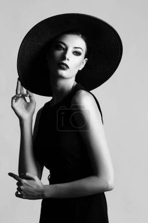 黑色的帽子和衣服的女人
