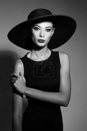 举止优雅的女性戴着黑帽子
