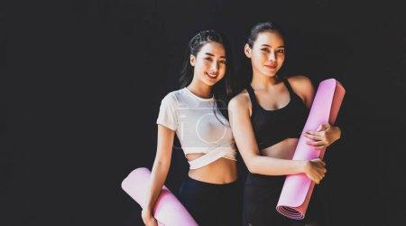 穿着运动服、文胸、裤子、姿势、体育俱乐部、体育和医疗保健理念,站着笑着的亚洲女运动员夫妇