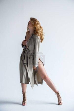 优雅的半裸女装