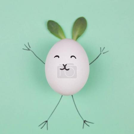 复活节彩蛋与兔子耳朵和脸。平躺。顶视图。最小