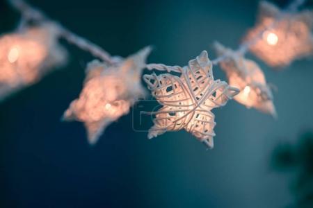 手工白色柳条星用电灯泡为装饰