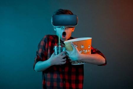 戴上虚拟现实眼镜的男孩