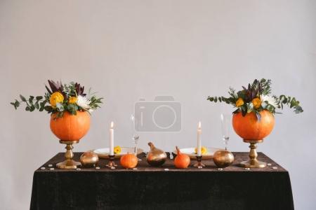 在万圣节的南瓜花瓶的秋季花香。表设置为婚礼的