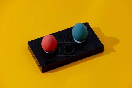 两个复活节彩蛋和黄色背景的Vhs盒