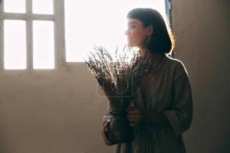 女人抱着薰衣草花束