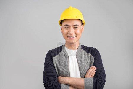 英俊的亚洲工程师