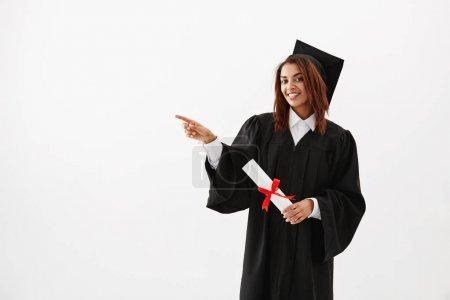 女研究生笑着指向手指在身边