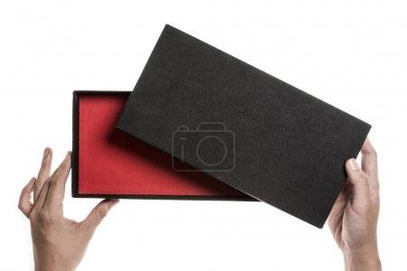 一人只手握住一盒