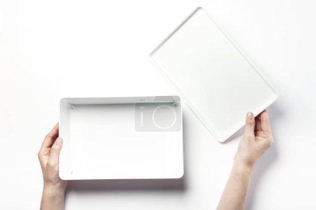 拿着一个白色的盒子