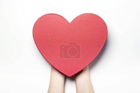 拿着一个心脏盒