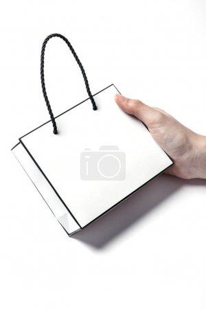 拿着一个纸袋.