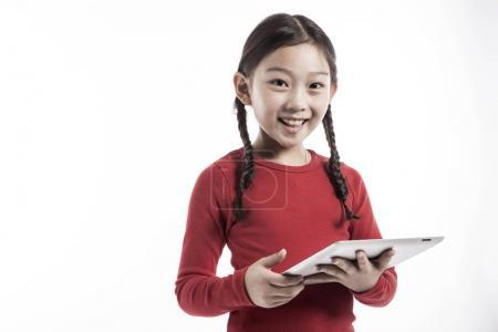 小女孩使用智能设备.