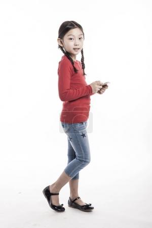 使用智能手机的小女孩.