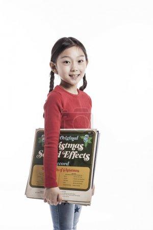 可爱的女孩拿着乙烯基.