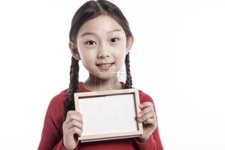 可爱的亚洲女孩拿着木框架