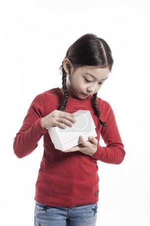 可爱的亚洲女孩拿着一个白色礼品盒.