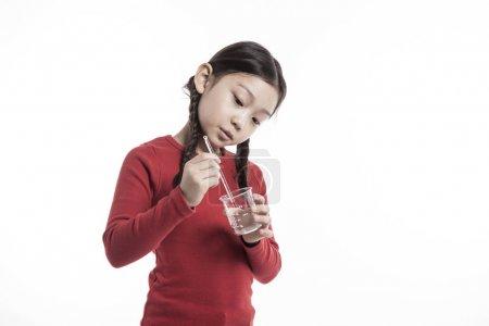 可爱的女孩做化学实验.