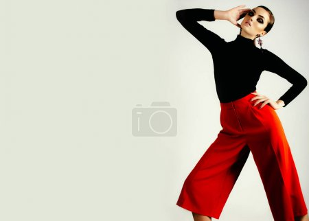 黑色的衬衫,红裤子的女人