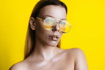 带金色墨镜的迷人女人