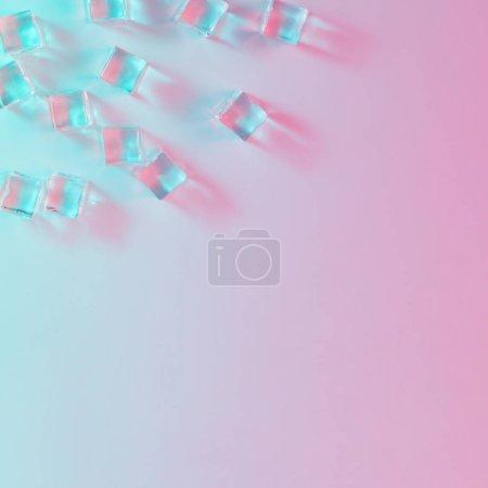 冰立方在充满活力的大胆梯度全息颜色。概念艺术。最小超现实主义.