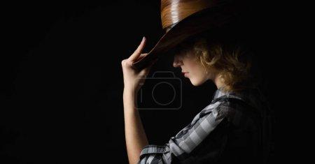 美丽的女孩在牛仔帽