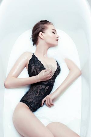 女人在浴缸中休息