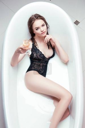 喝杯香槟浴管中的女人